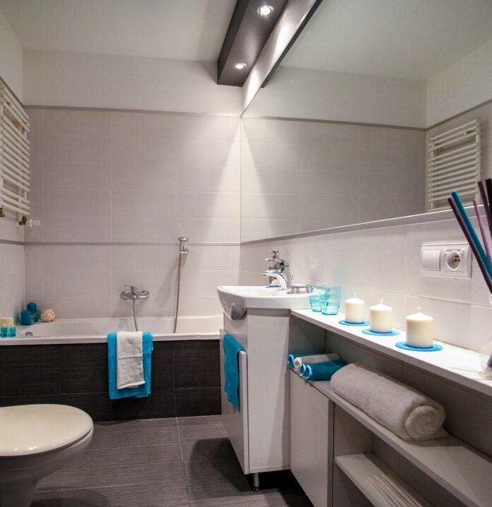 Badezimmer mit Deckenlampe